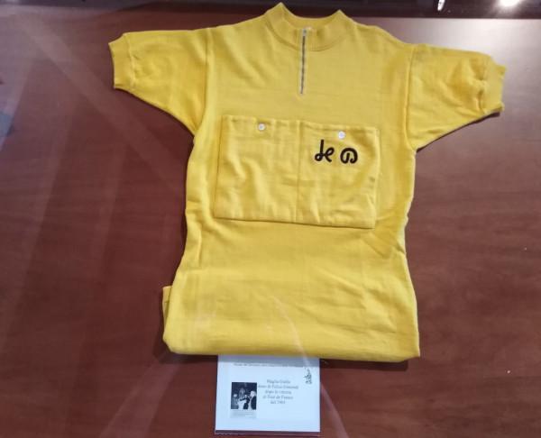 la maglia del Tour donata da Felice Gimondi al Santuario della Cornabusa